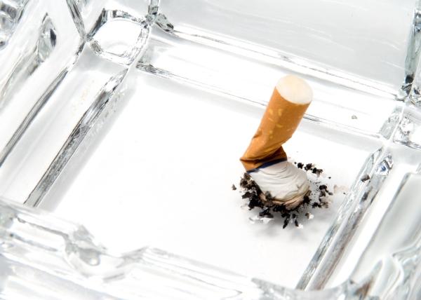 Tupakoinnin lopettaminen pienentää riskiä sairastua dementiaan