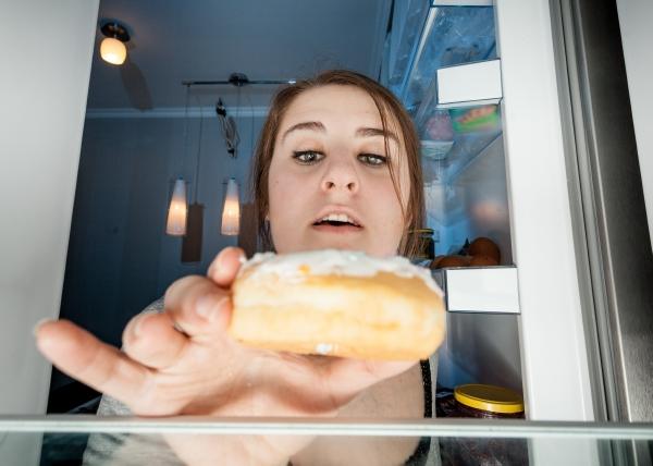 Iltasyöminen vaikeuttaa laihduttamista ja lisää sydäntautien riskiä
