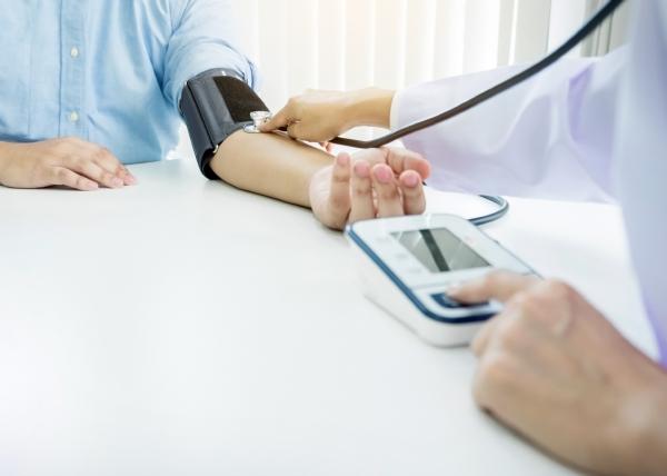 Verenpaine pitäisi mitata molemmista käsistä